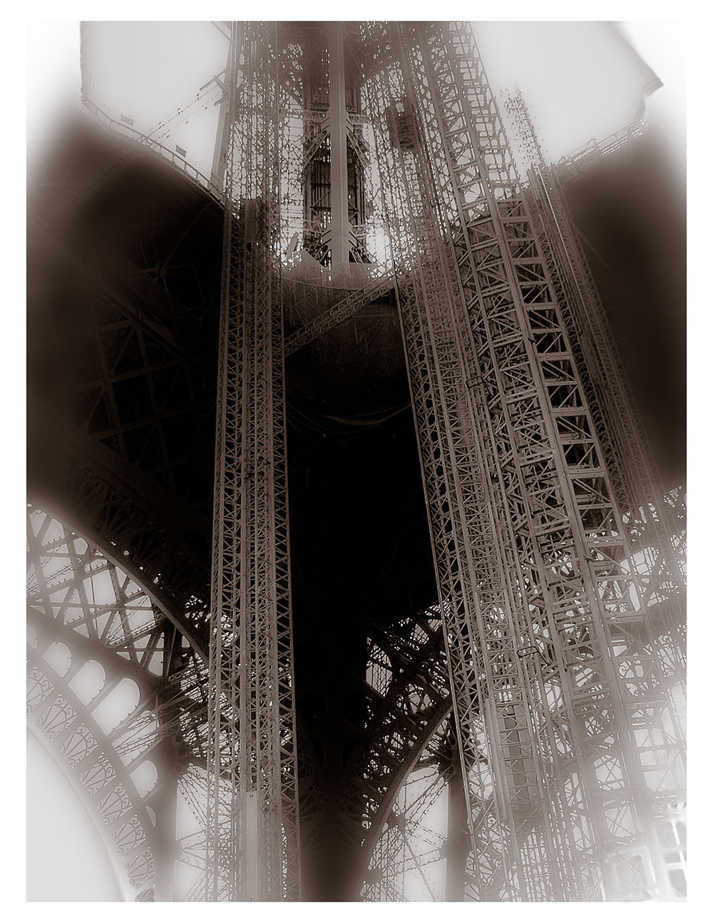 Noir et Blanc 1 - Au pied de la Tour Eiffel r
