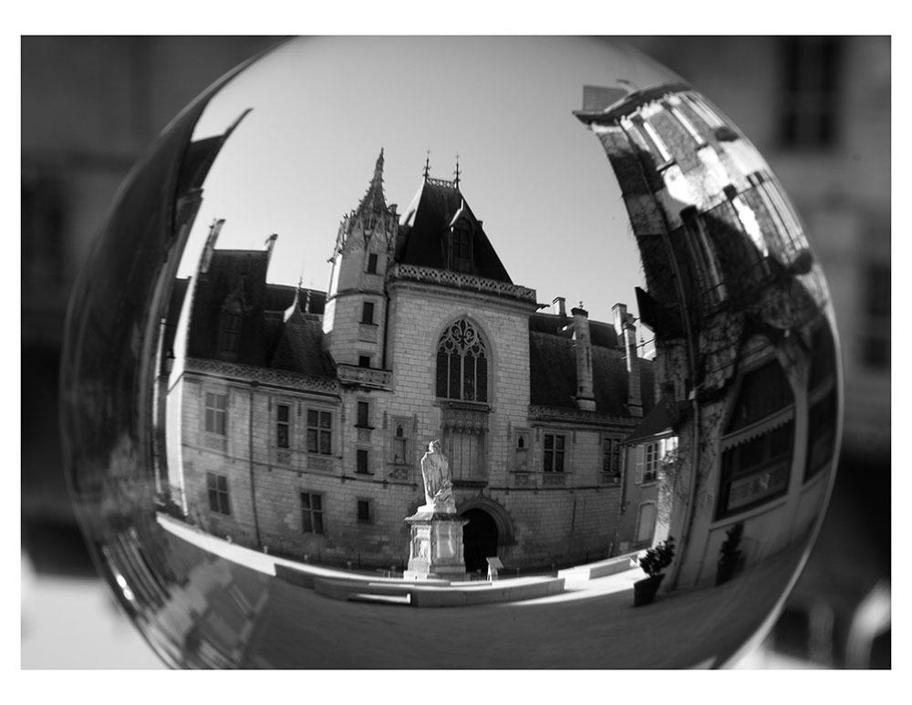 Noir et Blanc 5 - Boule de cristal - Palais Jacques Coeur r